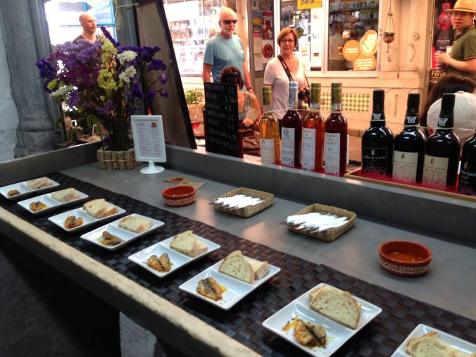 A cheese and moscatel tasting at Balhão Wine House in the Balhão market.
